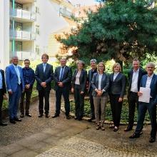 Gruppenbild von IER, FZI und energybase. 3. Von rechts: Kai Hufendiek, IER, 4. Von rechts: Julia Kumm, IER, 5. Von rechts: Anne Schäffer von energybase